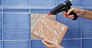 Нанесение клея на керамическую плитку