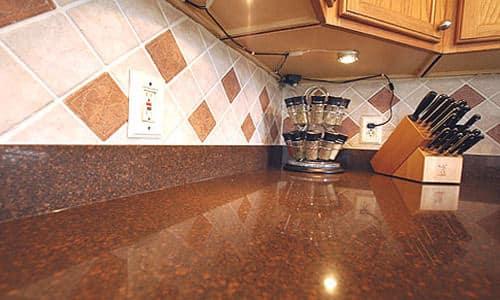 Кухонный плинтус для столешницы - алюминиевый и пластиковый