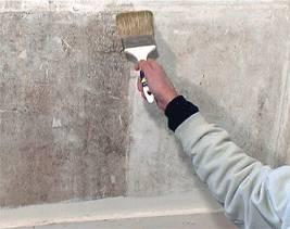 Оштукатуренные стены грунтуют