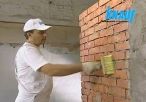 Нанесение на стену грунтовки