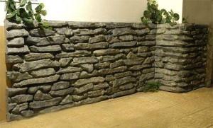 Стена отделана натуральным камнем