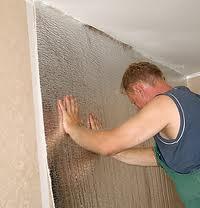 Укладка звукоизолирующего материала на стену