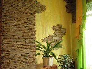 Стены облицованы искусственным камнем