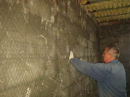 Установка армирующей сетки для штукатурки стены