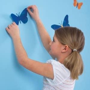В декорировании стен с удовольствием примут участие и Ваши дети