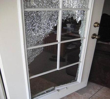Как поменять стекло в Разбитое стекло в межкомнатной двери